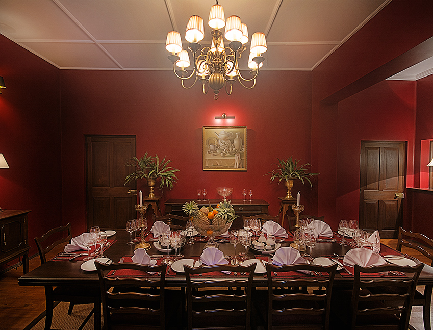 Wide view of a dining table at Dickoya at Jewting